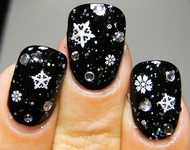 snowflake-nail-art-for-christmas